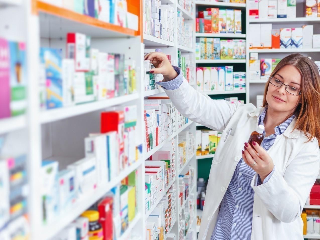Kvinna som jobbar pa apotek